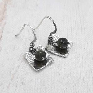 Obszidián ezüst fülbevaló , Ékszer, Lógó fülbevaló, Fülbevaló, Rusztikus fülbevaló 6 mm nagyságú arany obszidián gyöngyökből, kalapált ezüst lappal, ezüst ékszerdr..., Meska