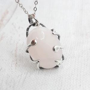 Rózsakvarc ezüst medál , Ékszer, Nyaklánc, Medál, Elegáns medál Sterling ezüstbe foglalt ovális rózsakvarc kabosonból. Ezüst szerelékkel, finoma antik..., Meska