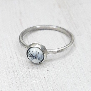 Merlinit ezüst gyűrű , Ékszer, Gyűrű, Szoliter gyűrű, Ékszerkészítés, Ötvös, Kerek merlinit követ foglaltam Sterling ezüstbe. A gyűrűsín kalapált mintázatú befejezést kapott. Fi..., Meska