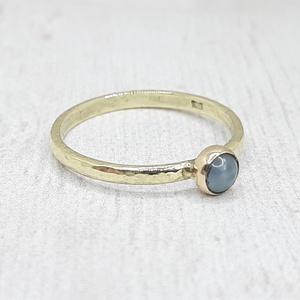Akvamarin arany gyűrű  (14K), Ékszer, Gyűrű, Szoliter gyűrű, Ékszerkészítés, Ötvös, Szép kerek akvamarin kabosont foglaltam be 14 karátos sárga aranyba. A gyűrűsín pöttyös mintázatú, f..., Meska