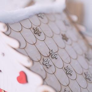 Mézeskalács házikó, Otthon & lakás, Dekoráció, Ünnepi dekoráció, Karácsony, Karácsonyi dekoráció, Gravírozás, pirográfia, Újrahasznosított alapanyagból készült termékek, Fából készült mézeskalács házikó. Kézzel festett és készített, gyönyörű kivitelezés, egyedi gravíroz..., Meska
