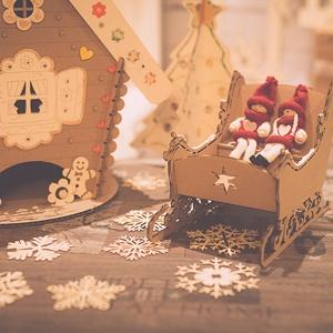 Mézeskalács szánkó, Otthon & lakás, Dekoráció, Ünnepi dekoráció, Karácsony, Karácsonyi dekoráció, Gravírozás, pirográfia, Újrahasznosított alapanyagból készült termékek, Kartonból készült mézeskalács szánkó. Egyedi termék.\nMéretek: 26x19 cm., Meska