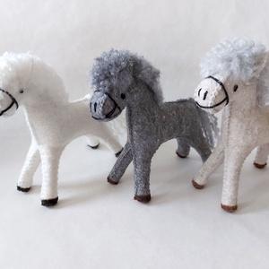 Nagy ló textiljáték, Játék & Gyerek, Plüssállat & Játékfigura, Ló, Nemezelés, Varrás, Fehér, világos szürke, szürke nagy ló\nA játékfigura természetes alapanyagokból, idea filc anyagból k..., Meska