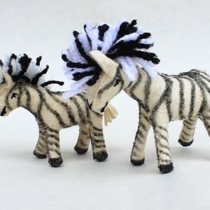 Zebra nagy és kicsi, Játék & Gyerek, Plüssállat & Játékfigura, Más figura, Varrás, Nemezelés, A játékfigura természetes alapanyagokból, idea filc anyagból készül kézzel varrva, kártolt gyapjúval..., Meska