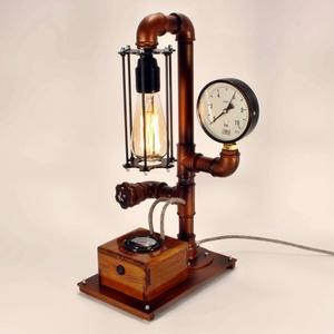Réz színű fényerőszabályzós, voltmérős steampunk asztali hangulatlámpa vízvezeték csövekből, Otthon, lakberendezés, Lámpa, Asztali lámpa, Hangulatlámpa, Fémmegmunkálás, Famegmunkálás, A lámpa érdekessége, hogy ha teljesen feltekered a fényerőszabályzót használhatod olvasáshoz. Egy c..., Meska