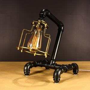 Steampunk stílusú asztali csőlámpa fekete és antik réz színben., Lakberendezés, Otthon & lakás, Lámpa, Asztali lámpa, Hangulatlámpa, Fémmegmunkálás, Steampunk#26 \nAsztali csőlámpa. A lámpatest feketére festett vízvezeték csövekből készült, míg az iz..., Meska