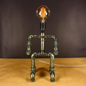 Robot asztali steampunk hangulatlámpa vízvezeték csövekből edison izzóval, Lakberendezés, Otthon & lakás, Lámpa, Asztali lámpa, Hangulatlámpa, Fémmegmunkálás, Robotra emlékeztető steampunk csőlámpa. Minden lámpám egyedi formavilágú, melyek a funkcionalitásuk ..., Meska