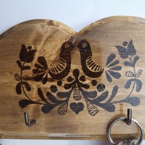 Fali kulcstartó tulipános mintával (kicsi) , Otthon & Lakás, Bútor, Kulcstartó szekrény, Gravírozás, pirográfia, Famegmunkálás, Hagyományos magyar mintával díszített fali kulcstartó. Pirográffal mintázva, lazúrozva, lakkozva.\nMé..., Meska