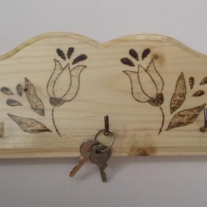 Fali kulcstartó tulipános mintával natúr (kicsi) , Otthon & Lakás, Bútor, Kulcstartó szekrény, Gravírozás, pirográfia, Famegmunkálás, Hagyományos magyar mintával díszített fali kulcstartó. Pirográffal mintázva, lakkozva.\nMérete: 20 * ..., Meska