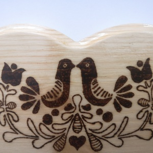 Fali kulcstartó tulipános mintával (natúr nagy) , Otthon & Lakás, Bútor, Kulcstartó szekrény, Gravírozás, pirográfia, Famegmunkálás, Hagyományos magyar mintával díszített natúr fali kulcstartó. Pirográffal mintázva, lakkozva.\nMérete:..., Meska
