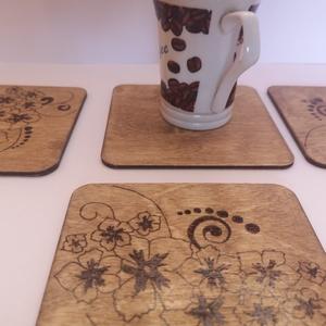 Virágmintás fa poháralátét (4 db) , Otthon & Lakás, Konyhafelszerelés, Tányér- és poháralátét, Gravírozás, pirográfia, Virágmintával díszített fa poháralátét. Pirográffal körvonalazva, lazúrozva, enyhén lakkozva, így ne..., Meska