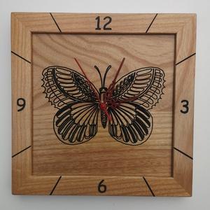 Kőrisfából készült falióra - gravírozott pillangó mintával, Otthon & Lakás, Dekoráció, Falióra & óra, Famegmunkálás, A termék jellemzői:\n\nKőrisfából készült falióra - gravírozott pillangó mintával:\n\nHosszúság:        ..., Meska