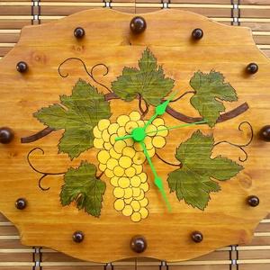 Falióra - Szőlőfürt, Lakberendezés, Otthon & lakás, Falióra, óra, Dekoráció, Egyéb, Famegmunkálás, Gravírozás, pirográfia, Egyedi készítésű falióra, szőlőfürt mintával. Sajátos formára kivágott fenyőlap a szélén díszítő ber..., Meska
