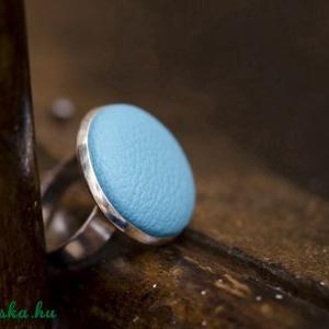 Türkiz bőr gyűrű, Ékszer, Gyűrű, Ékszerkészítés, Ezüst színű gyűrűalapba helyeztem a türkiz textilbőrrel bevont gombot, melynek mérete 20mm.\nAz alap ..., Meska