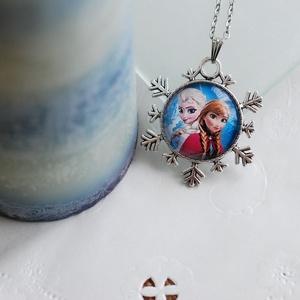 Frozen- Jégvarázs ezüst színű nyaklánc, Ékszer, Nyaklánc, Ékszerkészítés, Ezüst színű hópehely mintás medálalapba helyeztem a Jégvarázsos mintát,melyen Anna és Elza látható. ..., Meska