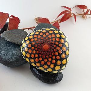 Felkelő nap mandala kő, Otthon & Lakás, Dekoráció, Kavics & Kő, Festett tárgyak, Alpesi patakból származó kőre, saját kézzel festett mandala, piros, narancs, sárga színekkel. \nAkril..., Meska