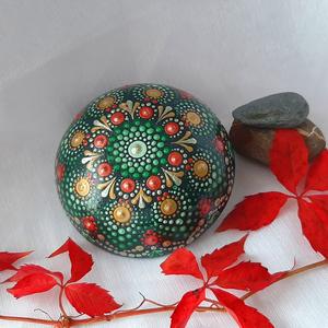 Mandala kő karácsonyi színekkel, Otthon & Lakás, Dekoráció, Kavics & Kő, Festett tárgyak, Ez a csodaszép mandala kő teljesen saját készítésű. Maga a kő betonból lett öntve, alapszíne nagyon ..., Meska