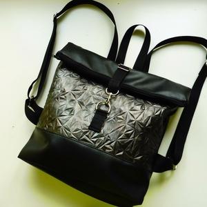 Ezüst 3D mintás roll up táska , Táska, Divat & Szépség, Táska, Hátizsák, Különleges 3D mintájú ezüst anyagból és fekete textilbőrből készült roll upos táska. A pántok sávoly..., Meska