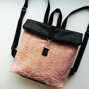Rózsaszín szőrmés roll upos hátizsák, Táska & Tok, Hátizsák, Roll top hátizsák, Varrás, Rózsaszín szőrmés anyagból és fekete textilbőrből készült roll upos hátizsák. A pántok sávolyheveder..., Meska