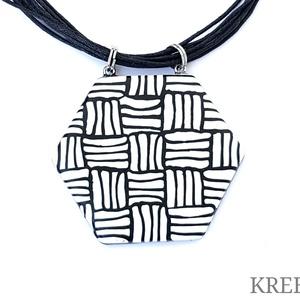 Feketén fehéren -  hatszög alakú nyaklánc, Ékszer, Ékszerszett, Medál, Nyaklánc, Ékszerkészítés, Gyurma, Ékszergyurmából készítettem a medált (a minta nem festett).\nHossza 5 cm, max.6 cm széles, hátsó fele..., Meska