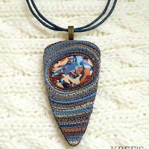 Kék-barna spirálos ékszergyurma nyaklánc , Ékszer, Medálos nyaklánc, Nyaklánc, Ékszergyurmából készítettem ezt a különleges mintájú medált, amit egy szintén saját készítésű kaboso..., Meska