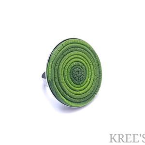 Zöld spirál, ékszergyurma gyűrű, Statement gyűrű, Gyűrű, Ékszer, Ékszerkészítés, Gyurma, Süthető gyurmából készítettem ezt a feltűnő, igazán egyedi gyűrűt.\nA gyűrű tányérja 3 cm, alapja áll..., Meska