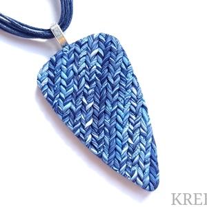"""Kék, kötött mintás ékszergyurma nyaklánc , Ékszer, Nyaklánc, Medálos nyaklánc, Ékszerkészítés, Gyurma, Ékszergyurmából készítettem ezt a különleges formájú, \""""kötött\"""" mintájú medált.\nHossza 6,5 cm (akaszt..., Meska"""