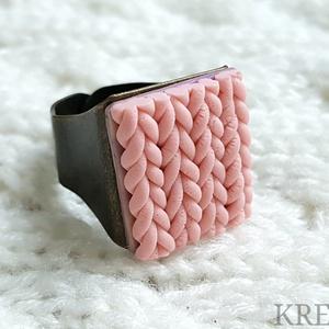 """Kötött mintás gyűrű, pasztell rózsaszín, Ékszer, Gyűrű, Statement gyűrű, Ékszerkészítés, Gyurma, Süthető gyurmából készítettem ezt az egyedi, \""""kötött\"""" mintás gyűrűt.\nA gyűrű tányérja kb.1,8x2 cm, a..., Meska"""