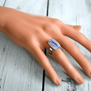 Kék-rózsaszín csíkos olvasztott üvegékszer gyűrű, Ékszer, Gyűrű, Táska, Divat & Szépség, Ékszerkészítés, Üvegművészet, Fehér alapon kék-rózsaszín csíkos üvegből olvasztott téglalap alakú gyűrű nemesacél alapon. \n\n Tulaj..., Meska