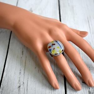 Konfetti olvasztott üvegékszer gyűrű, Ékszer, Gyűrű, Táska, Divat & Szépség, Ékszerkészítés, Üvegművészet, Törtfehér alapon konfetti mintás üvegből olvasztott kocka alakú gyűrű állítható nemesacél alapon. \n\n..., Meska