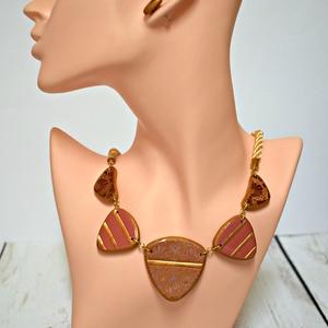 Arany mintás süthető gyurma nyaklánc fülbevalóval , Ékszerszett, Ékszer, Ékszerkészítés, Gyurma, Aprólékos munkával, kiváló minőségű süthető gyurmából, kézzel készült nyaklánc, rózsaszín-bordó-aran..., Meska