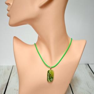 Zöld mintás olvasztott üvegékszer nyaklánc, Medálos nyaklánc, Nyaklánc, Ékszer, Ékszerkészítés, Üvegművészet, Zöld mintás üvegből olvasztott medál, zöld kordszálon / nemesacél láncon. \n\nFémérzékenyeknek a nemes..., Meska