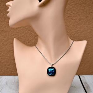 Kék dichroic olvasztott üvegékszer szett , Ékszer, Ékszerszett, Táska, Divat & Szépség, Ékszerkészítés, Üvegművészet, Fekete alapon kék csillogós dichroic üvegből olvasztott medál nemesacél lánccal, hozzáillő beszúrós ..., Meska
