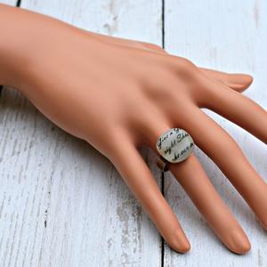Feliratos olvasztott üveggyűrű, Statement gyűrű, Gyűrű, Ékszer, Ékszerkészítés, Üvegművészet, Szürkésfehér alapon feliratos olvasztott gyűrű állítható nemesacél alapon. \n\nTulajdonságok:\n-Kézzel ..., Meska