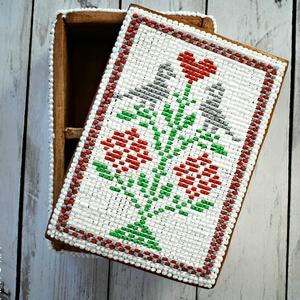 Mézeskalács doboz keresztszemes hímzés mintával, Esküvő, Emlék & Ajándék, Doboz, Mézeskalácssütés, Mézeskalács téglalap alakú doboz osztott belsővel, keresztszemes hímzés díszítéssel. Celofánba csoma..., Meska