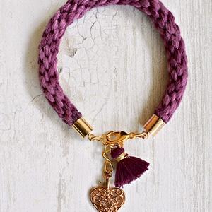 Lila fonott karkötő csipkés szív medállal, Ékszer, Karkötő, Karkötő medállal, Ékszerkészítés, Csomózás, Világosabb és sötétebb lila fonalból fonott karkötő, arany színű szerelékekkel, csipkés szív medálla..., Meska