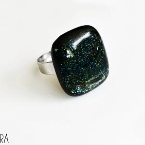 Zöld csillogós olvasztott üveggyűrű, üvegékszer, Ékszer, Gyűrű, Statement gyűrű, Fekete alapon fényre sötétzölden csillogó üvegből olvasztott gyűrű nemesacél alapon.   Tulajdonságok..., Meska