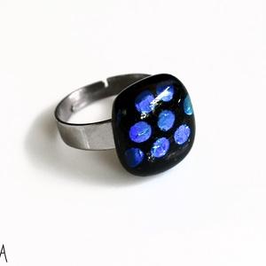 Pöttyös dichroic olvasztott üveggyűrű, üvegékszer , Ékszer, Gyűrű, Statement gyűrű, Fekete alapon kék-zöld pöttyös dichroic üvegből olvasztott gyűrű nemesacél alapon.   Tulajdonságok: ..., Meska