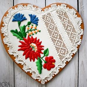 Mézeskalács szív kalocsai virágcsokor díszítéssel, Esküvő, Emlék & Ajándék, Szülőköszöntő ajándék, Mézeskalácssütés, Nagy mézeskalács szív fehér csipke és kalocsai virágdíszítéssel.\n\nTulajdonságok:\n-Kézzel készült, eg..., Meska