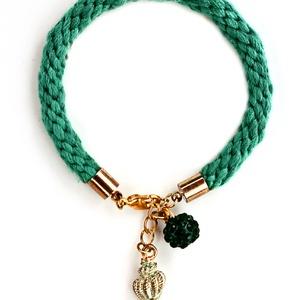 Fonott karkötő zöld kagylós medállal, Ékszer, Karkötő, Fonott karkötő, Fonott karkötő puha zöld fonalból, aranyszínű szerelékekkel,kagyló medállal és csillogós gyönggyel.V..., Meska