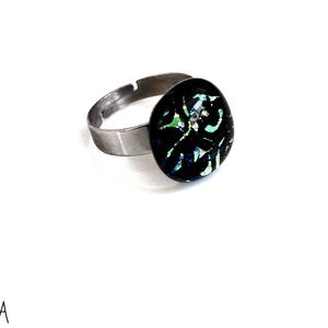 Olvasztott üveggyűrű dichroic  zöld-sárga mintás, Ékszer, Gyűrű, Statement gyűrű, Olvasztott üveggyűrű fekete színben zöld-sárga fényes mintával nemesacél alapon.   Tulajdonságok: -K..., Meska