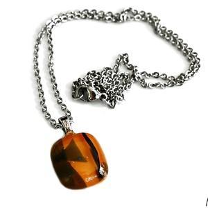 Olvasztott üveg nyaklánc narancssárga csíkos, Ékszer, Nyaklánc, Medálos nyaklánc, Olvasztott üvegből készült narancssárga medál mintával nemesacél láncon.Viselését nem ajánlom fémérz..., Meska