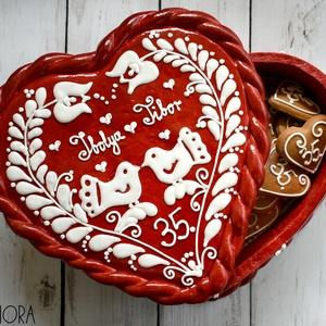 Mézeskalács szív doboz madárkás, Esküvő, Emlék & Ajándék, Doboz, Mézeskalácssütés, Mézeskalács szív alakú doboz magyaros díszítéssel piros színben.Tökéletes ajándék esküvőkre, évfordu..., Meska