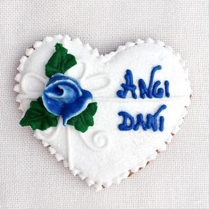 Mézeskalács esküvői szív kék rózsás köszönetajándéknak,köszönőajándéknak, Esküvő, Emlék & Ajándék, Köszönőajándék, Mézeskalácssütés, Mézeskalács szív cukrozott felülettel, 3D rózsával és egyedi felirattal díszítve, egyénileg választh..., Meska
