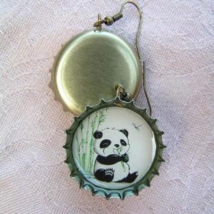 Bábi panda söröskupak füli, Lógós fülbevaló, Fülbevaló, Ékszer, Újrahasznosított alapanyagból készült termékek, Ékszerkészítés, Bájos kis bébi pandás söröskupak fülbevaló mindenkinek, aki szereti ezeket a cuki és esetlen kis áll..., Meska