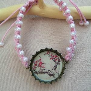 Sakura (cseresznye) söröskupak karkötő , Ékszer, Karkötő, Újrahasznosított alapanyagból készült termékek, Csomózás, Állítható méretű makramé karkötő japán cseresznyefát ábrázoló medállal. Könnyed, vidám világos rózsa..., Meska
