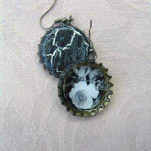 Monokróm rózsa söröskupak füli, Ékszer, Lógó fülbevaló, Fülbevaló, Újrahasznosított alapanyagból készült termékek, Ékszerkészítés, Meska
