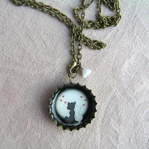 Szerelem a holdfényben - söröskupak nyaklánc, Medálos nyaklánc, Nyaklánc, Ékszer, Ékszerkészítés, Újrahasznosított alapanyagból készült termékek, Bájosan romantikus cicás nyaklánc, melyet egy parányi üveg virággal is kiegészítettem.\n\nHossza: 50 c..., Meska