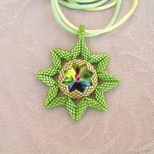 Sister Stars - Nővér csillagok gyöngyfűzött nyaklánc swarovskival (Zöld-Arany), Ékszer, Medálos nyaklánc, Nyaklánc, Ékszerkészítés, Gyöngyfűzés, gyöngyhímzés, Meska