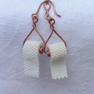 Egy tekercs WC papír gyöngy fülbevaló, Ékszer, Fülbevaló, Gyöngyfűzés, gyöngyhímzés, Ékszerkészítés, Rossz napod van?\nRá se ránts!\nDobd fel ezekkel az apró WC papír tekercset mintázó fülbevalókkal.\n\n\n\n..., Meska
